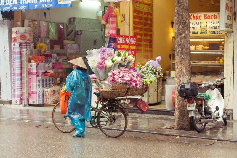 Bloemverkopers op de straten van Hanoi, Vietnam royalty-vrije stock foto's