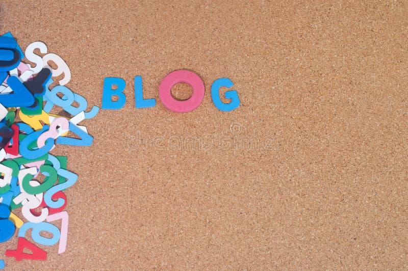 Blog coloré de mot avec le panneau de liège comme fond images libres de droits
