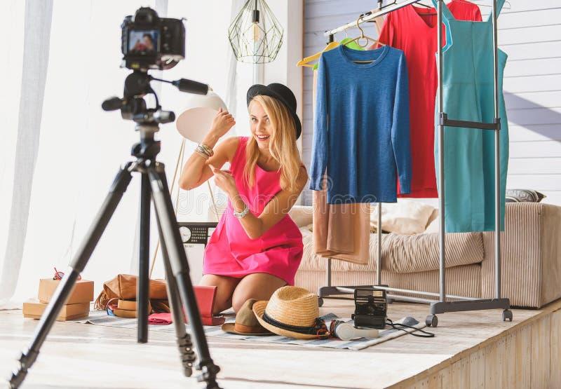 Blog de maintien de mode de femme joyeuse photos libres de droits
