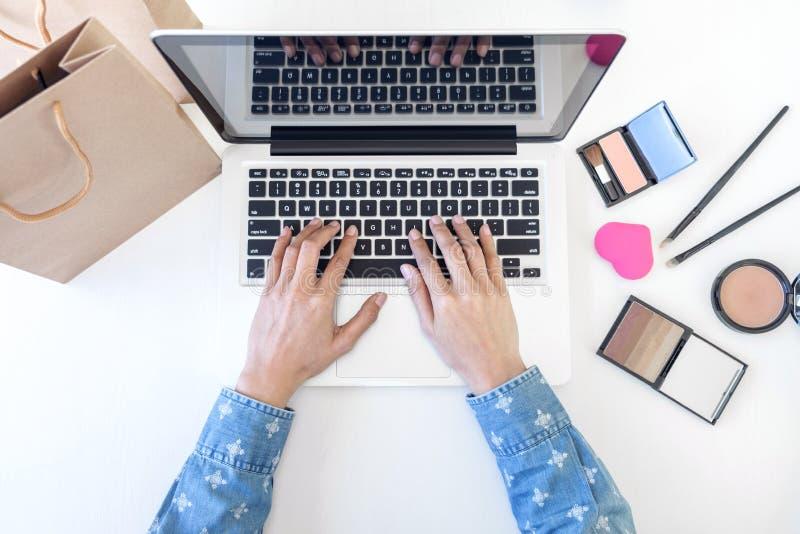 Blog de maquillage et de beauté, blogger féminin élégant de mode travaillant W photos libres de droits