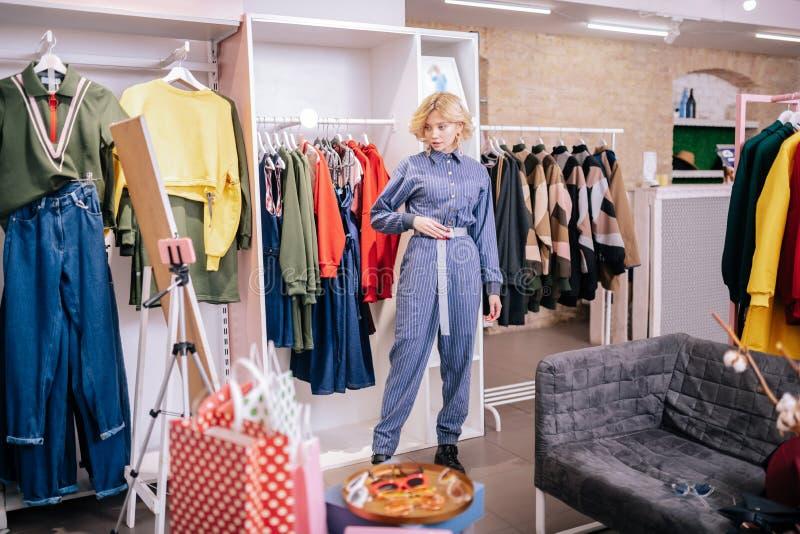 Blog de port de mode de pelliculage de costume de pullover de femme blonde maigre images libres de droits