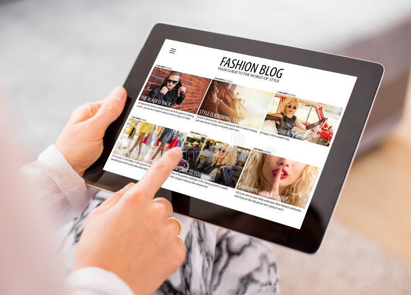 Blog di modo della lettura della donna sulla compressa fotografie stock libere da diritti