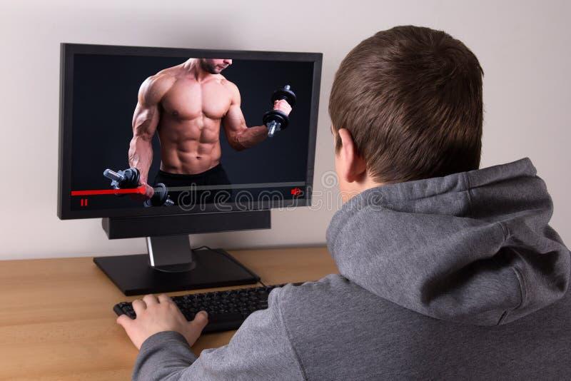 Blog di sorveglianza di sport dell'uomo video online a casa immagine stock