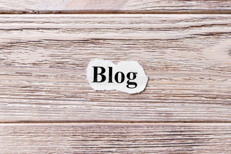 BLOG du mot sur le papier Concept Mots de BLOG sur un fond en bois photographie stock libre de droits