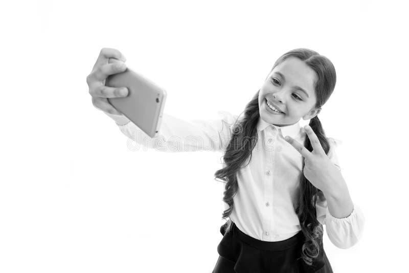 Blog la pequeña muchacha hace la foto para su blog personal comparta su blog en línea blog de la niñez del niño aislado encendido imágenes de archivo libres de regalías