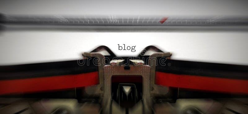 Blog op oude typewritter wordt geschreven die royalty-vrije stock afbeelding