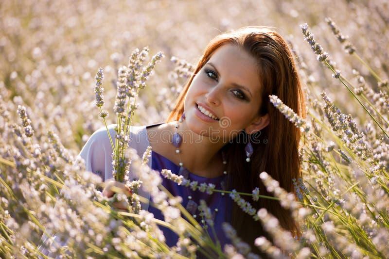 Blog stylowa ładna młoda kobieta na spacerze w lesie na opóźnionej jesieni obrazy royalty free
