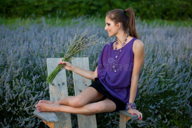 Blog stylowa ładna młoda kobieta na spacerze w lesie na opóźnionej jesieni obraz royalty free