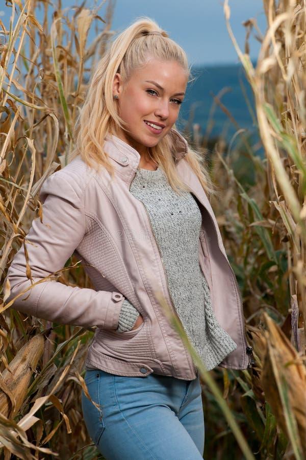 Blogart-Modefoto der netten blonden Frau auf Maisfeld im Spätherbst lizenzfreies stockfoto