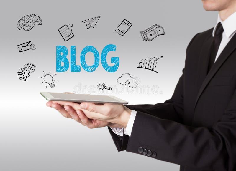 Blogconcept, jonge mens die een tabletcomputer houden stock foto's