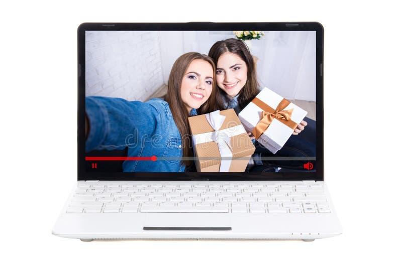 Blogconcept - mooie meisjesbloggers met giftdozen op lapto stock afbeelding