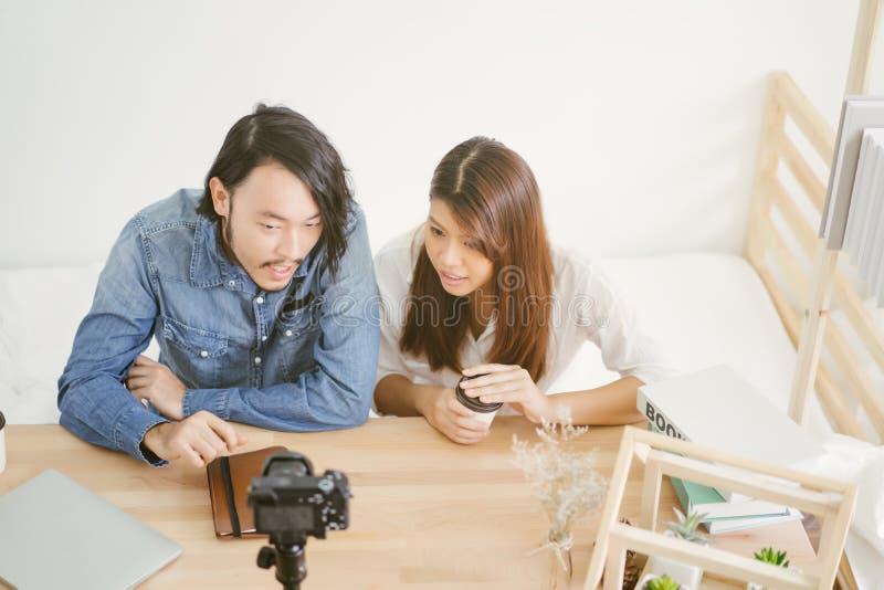 Blogger asiático novo dos pares com vídeo da gravação imagens de stock royalty free