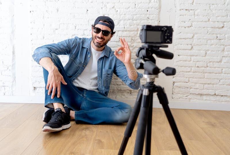 Blogger atractivo del hombre que habla con la cámara en concepto del blog de Internet imagenes de archivo