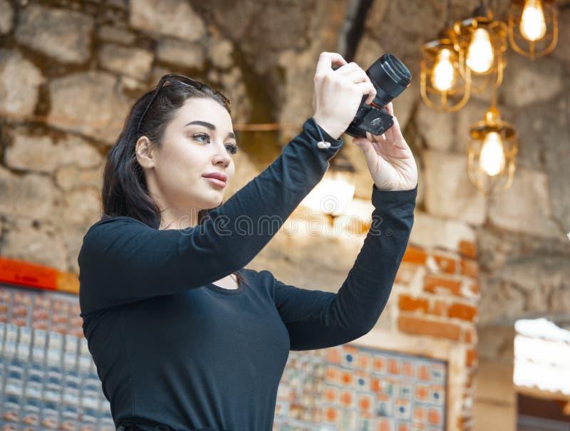 Blogger attirant de femme faisant des photos de l'architecture antique ?trang?re photos libres de droits