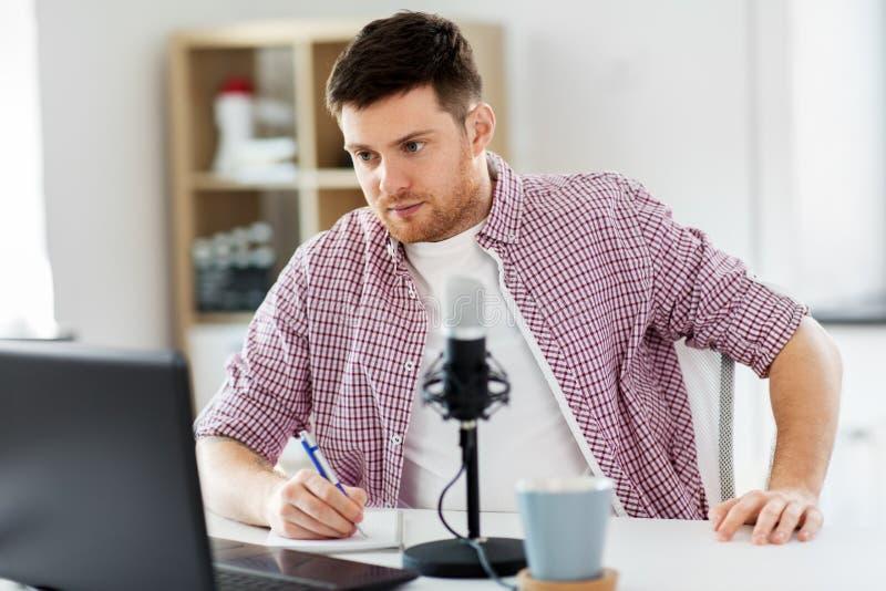 Blogger audio com port?til, microfone e caderno foto de stock royalty free