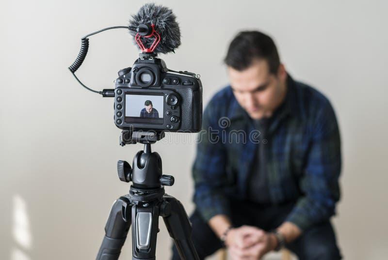 Blogger bianco che registra il suo video immagini stock libere da diritti