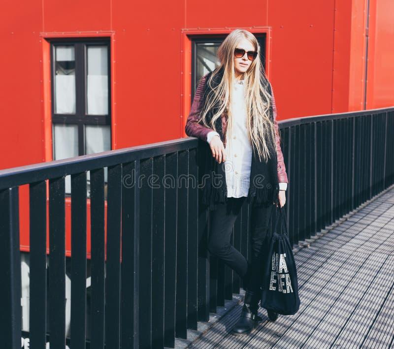 Blogger biondo di modo che posa in vestiti alla moda nella città fotografia stock
