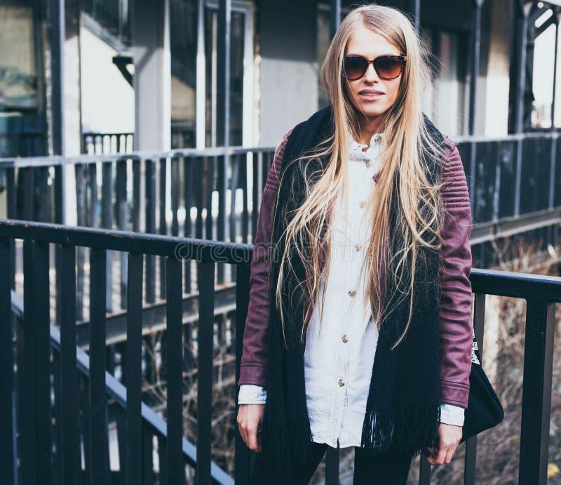 Blogger biondo di modo che posa in vestiti alla moda nella città Streetstyle esterno immagine stock