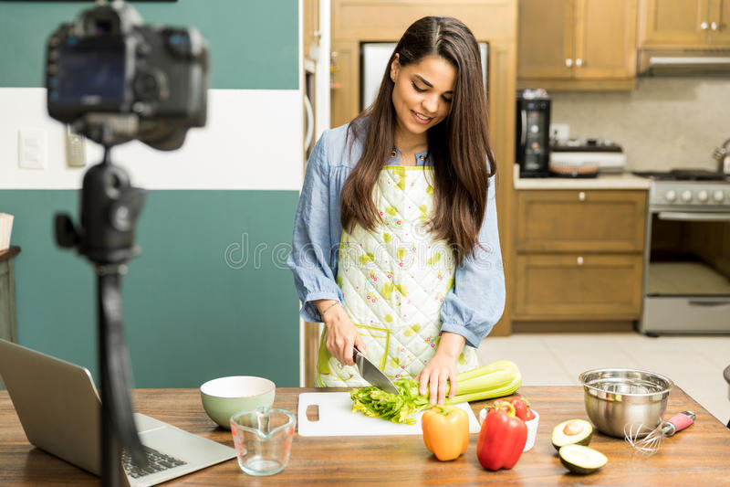 Blogger bonito do alimento que prepara um prato fotos de stock