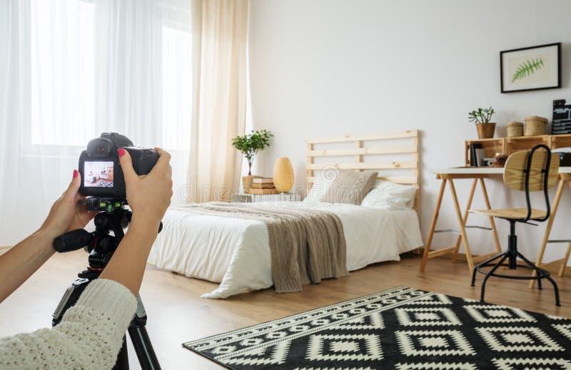 Blogger che prende una foto della camera da letto immagini stock