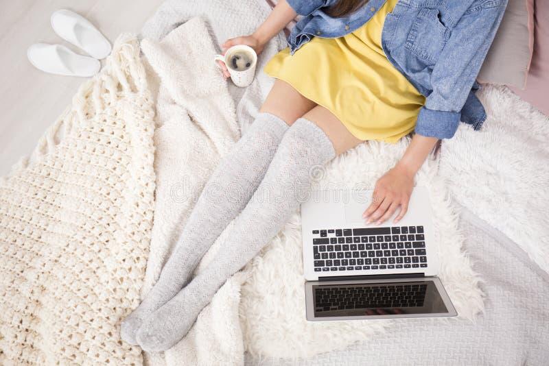 Blogger com café fotografia de stock royalty free