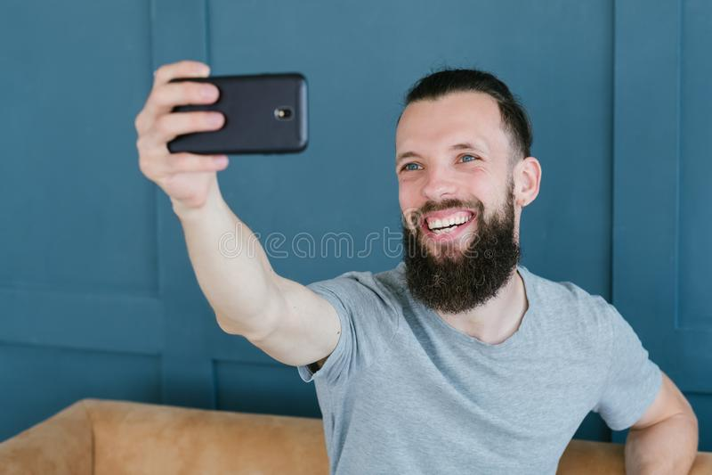 Blogger coulant le téléphone portable de communication d'homme images stock