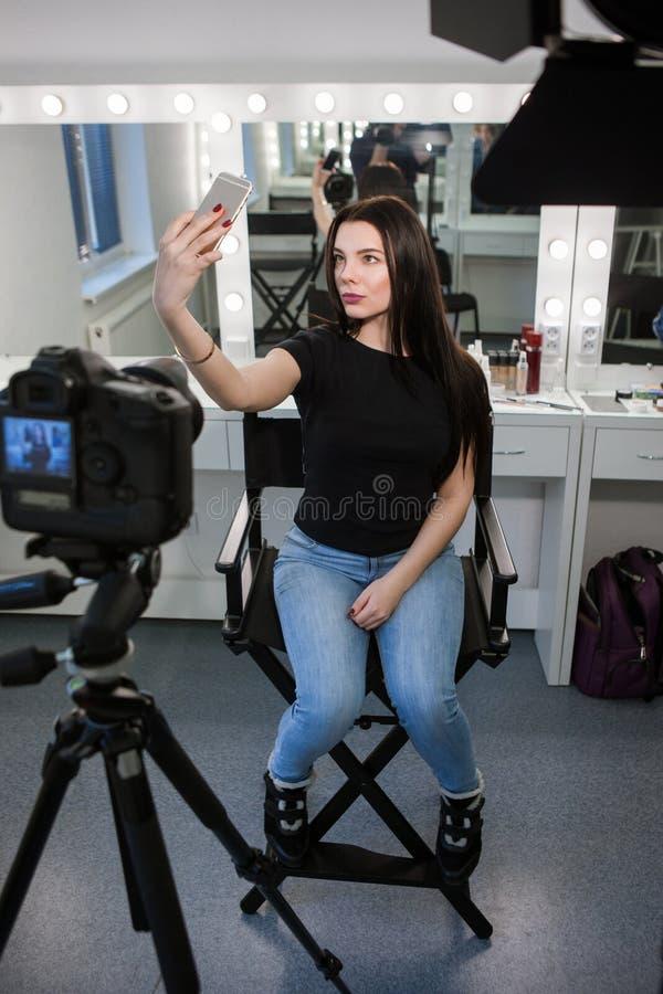 Blogger de beauté prenant le selfie dans le salon photographie stock