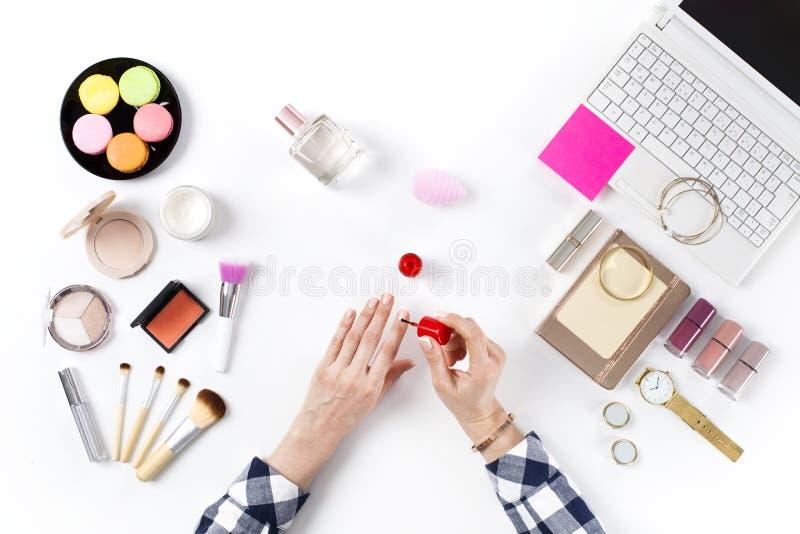 Blogger de beaut? avec des cosm?tiques de maquillage images stock