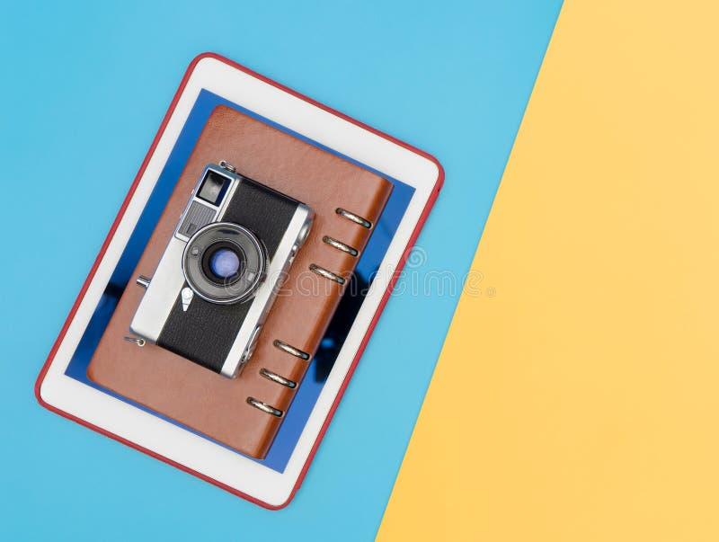 Blogger de caméra de voyage pour le voyageur de vlogger sur le jaune bleu images libres de droits