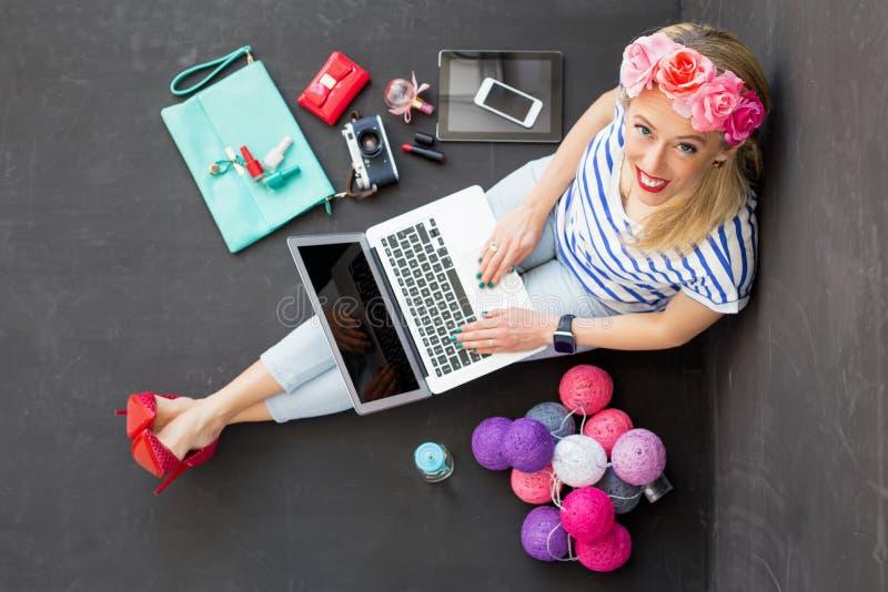 Blogger de la moda con el ordenador que mira para arriba foto de archivo