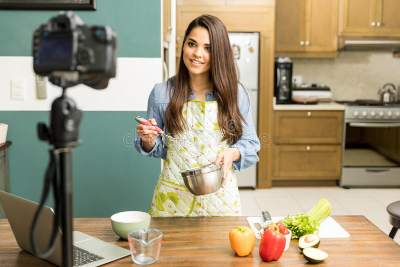 Blogger de nourriture enregistrant une vidéo photo libre de droits