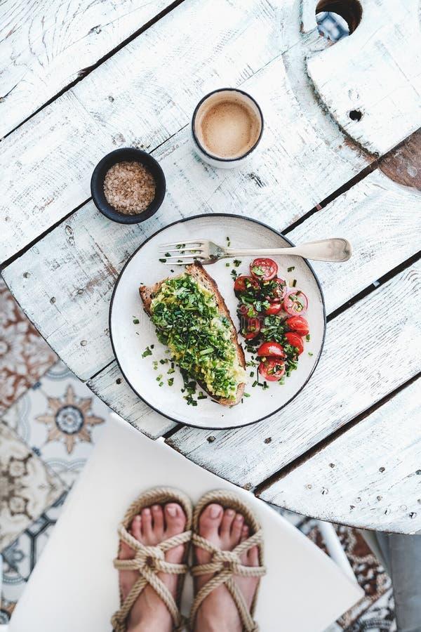 Blogger dell'alimento che fa colpo della prima colazione sana del vegano, vista superiore immagine stock libera da diritti