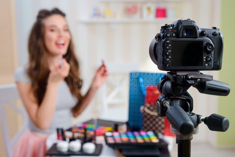 Blogger di bellezza che applica lucentezza del labbro fotografia stock