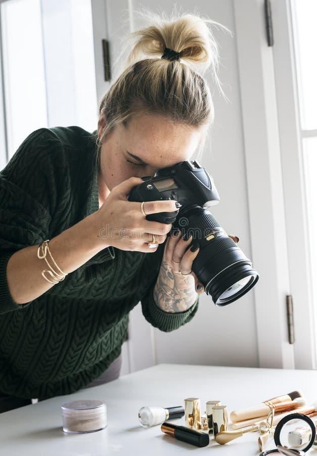 Blogger di bellezza che prende foto dei cosmetici fotografia stock