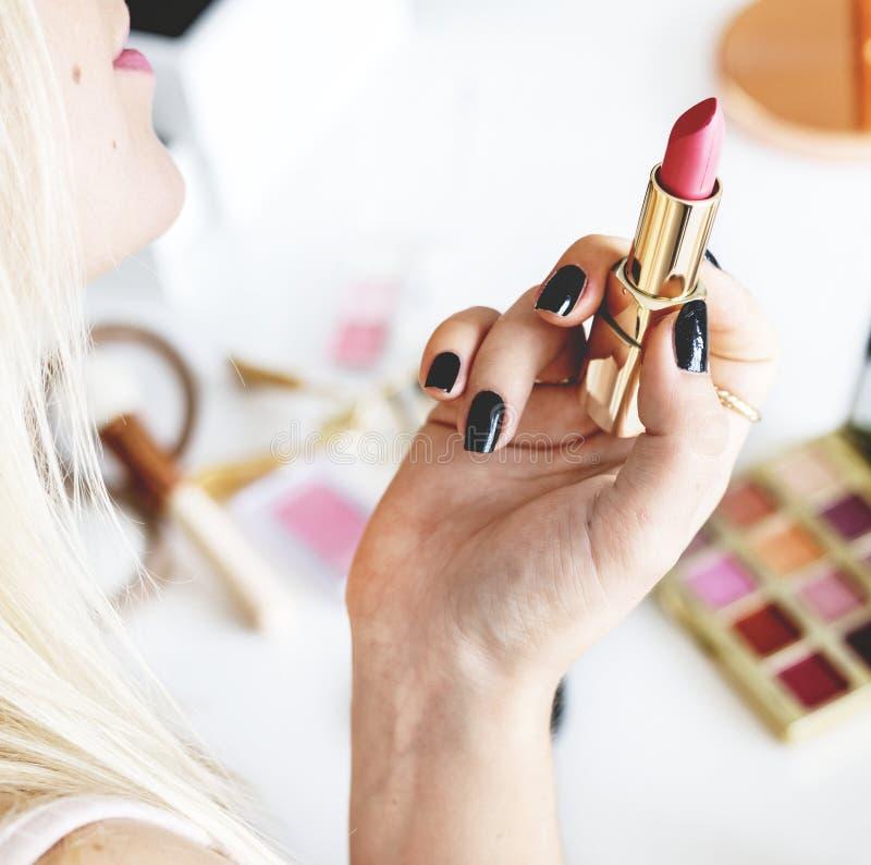 Blogger di bellezza con l'esercitazione di trucco fotografia stock libera da diritti