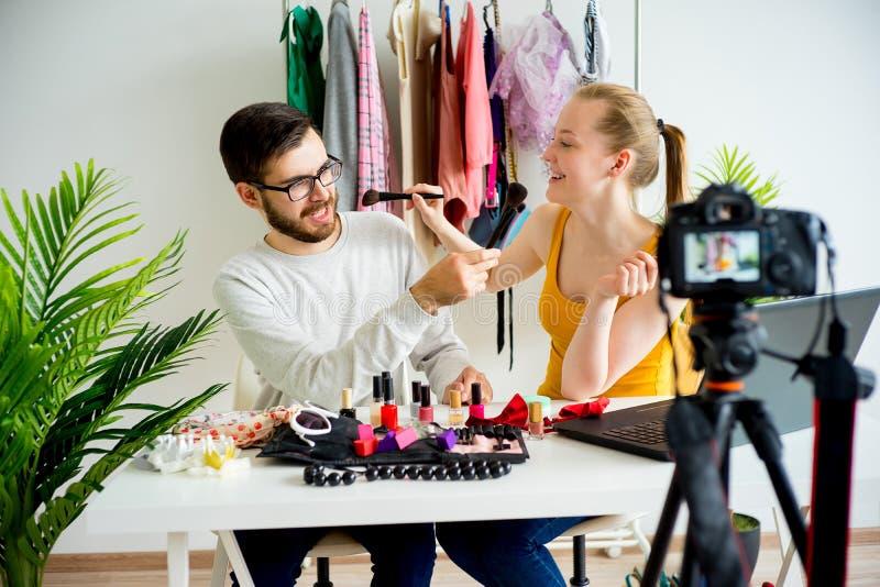 Blogger di modo con il modello maschio fotografia stock libera da diritti