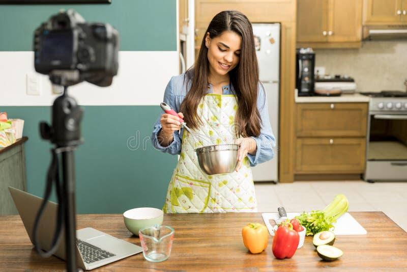 Blogger do alimento que bate alguns ovos imagem de stock royalty free