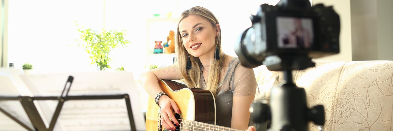 Blogger f?mea que cria Art Musical Vlog Content fotografia de stock