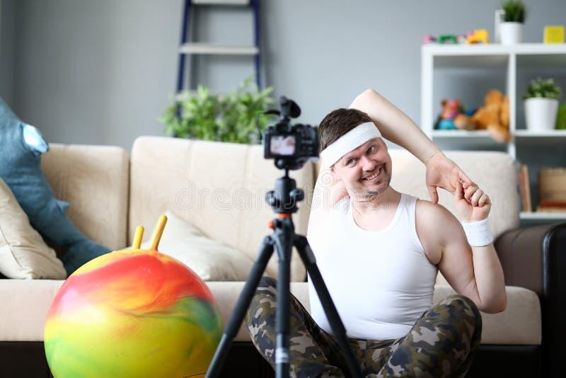 Blogger feliz que hace ejercicio en la cámara digital imagen de archivo libre de regalías