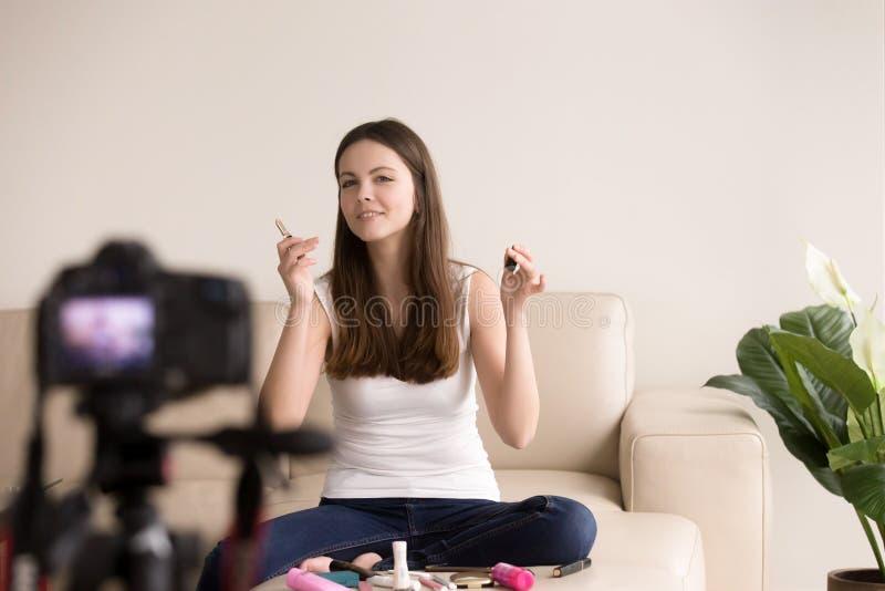 Blogger femenino joven de la belleza que hace el comentario video imagen de archivo libre de regalías