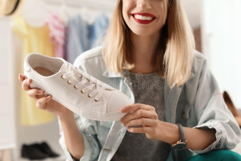 Blogger femminile di modo con la scarpa da tennis a casa immagine stock libera da diritti