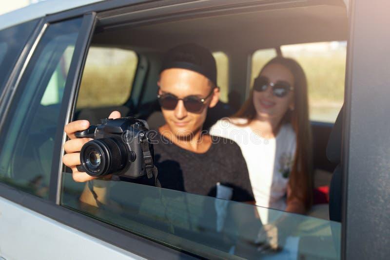 Blogger filmuje jego w szkłach podróży vlog na fachowej kamerze na wycieczce samochodowej Mężczyzny fotograf bierze fotografie z obraz royalty free