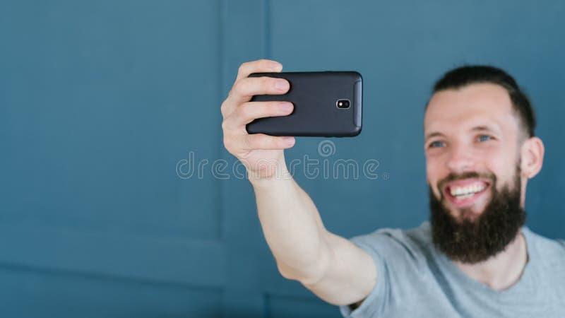 Blogger het video het stromen mens mobiele communiceren royalty-vrije stock afbeeldingen