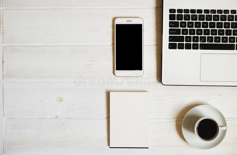 Blogger/hombre de negocios/empresaria, él tabla de madera blanca del espacio de oficina del ` s del especialista con el ordenador imagen de archivo