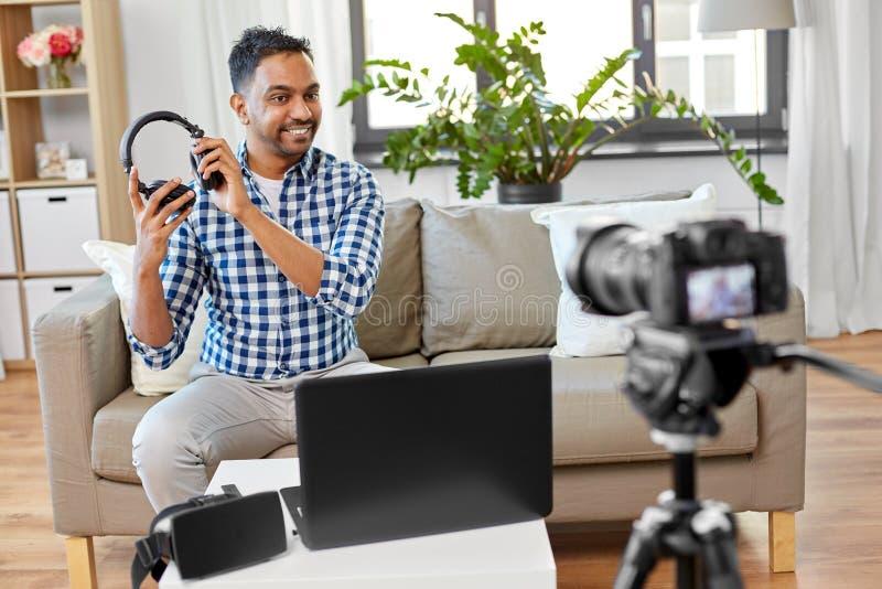 Blogger masculin avec des ?couteurs videoblogging ? la maison photos libres de droits