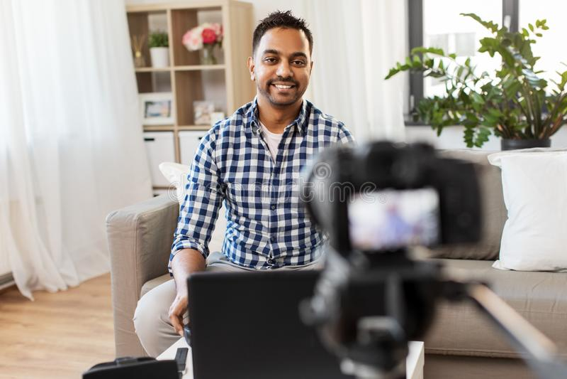 Blogger masculin avec la cam?ra videoblogging ? la maison image libre de droits