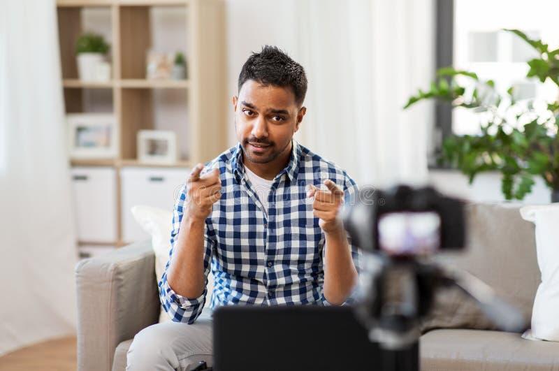 Blogger masculin avec la cam?ra videoblogging ? la maison photo libre de droits