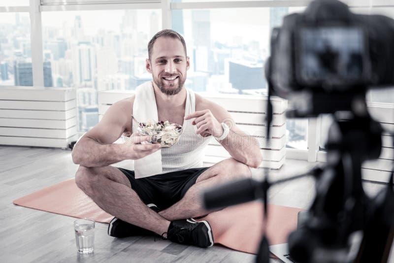 Blogger masculin beau disant le reçu de salade photographie stock libre de droits