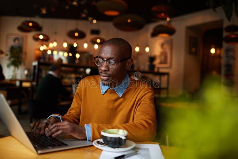 Blogger na cafetaria fotos de stock royalty free