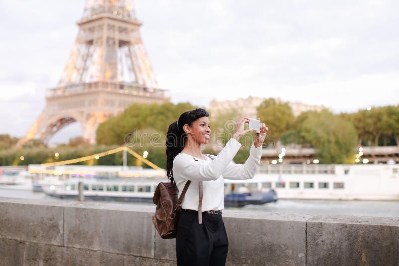 Blogger podróżuje, ładnej damy mknący wideo używa smartphone obraz royalty free